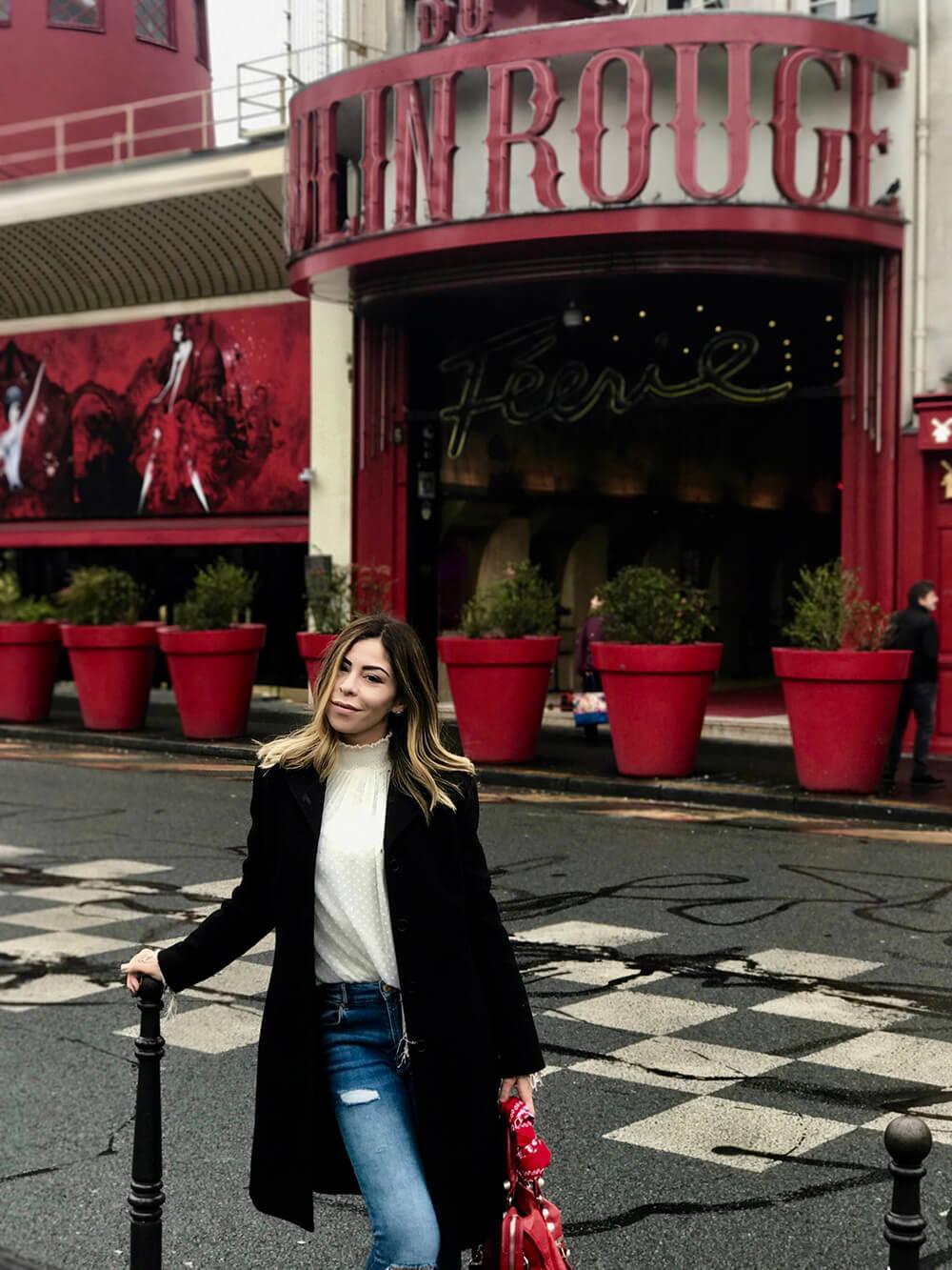 Olha eu fazendo pose no Moulin Rouge