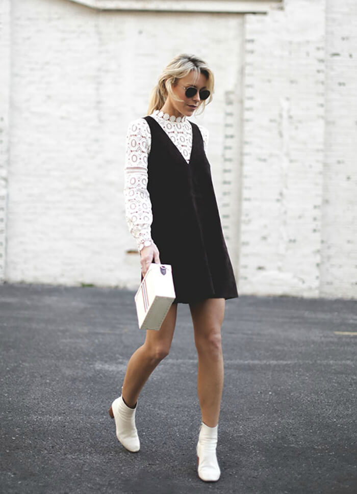 street-style-loira-vestido-suede-camisa-renda-branca-botas-brancas-bolsa-bau-branca