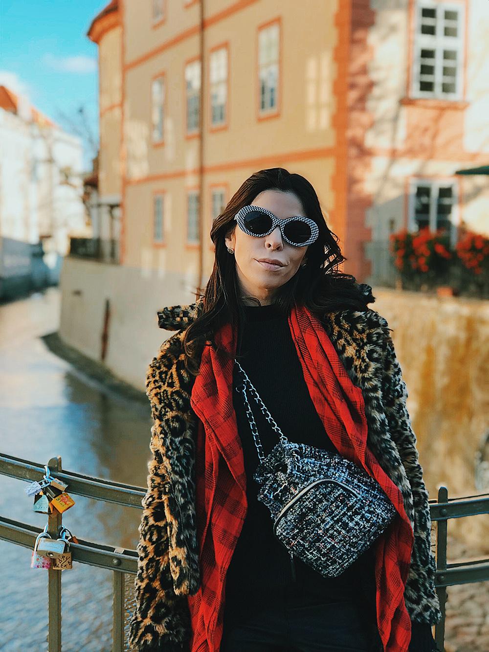 Ênfase no vermelho em meus looks de Praga