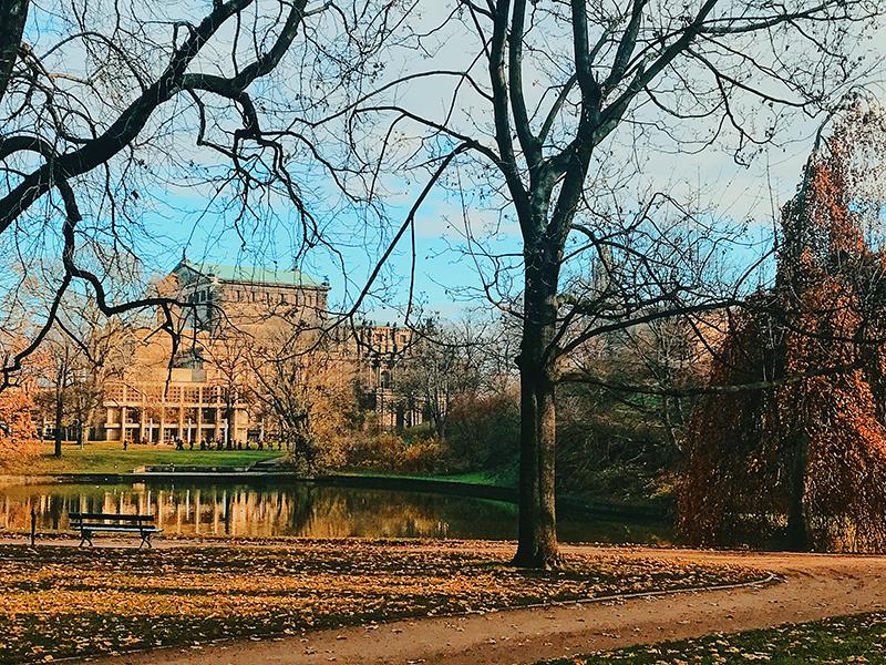 Tendo o Zwinger Schloss como plano de fundo