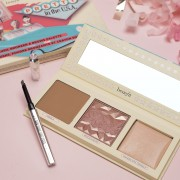 Benefit Cosmetics lança kit Pretty in the USA